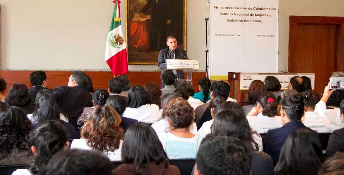 A ojos de la madrugada, gobernador de Oaxaca toma protesta