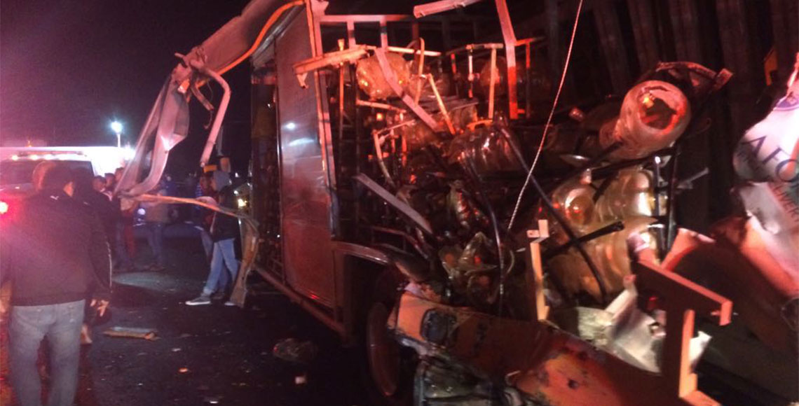 Choque de autobús ADO contra camión de Bonafont deja un muerto