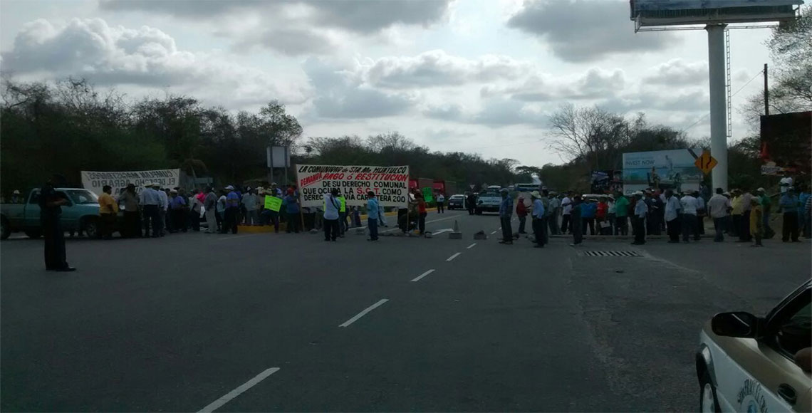 Bloquean comuneros carretera al aeropuerto de Huatulco