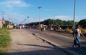 Bloquean transportistas carretera en Salina Cruz - Quadratín Oaxaca