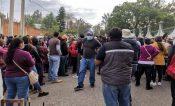 Sin sana distancia y peleando turnos inicia vacunación en Oaxaca